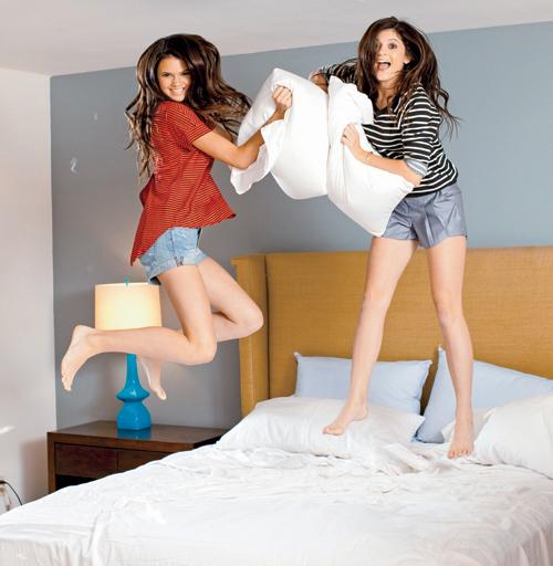Девушками надувающими шар 13 фотография