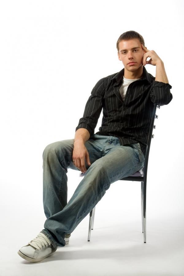 Мужской портрет - на стуле нога на ногу