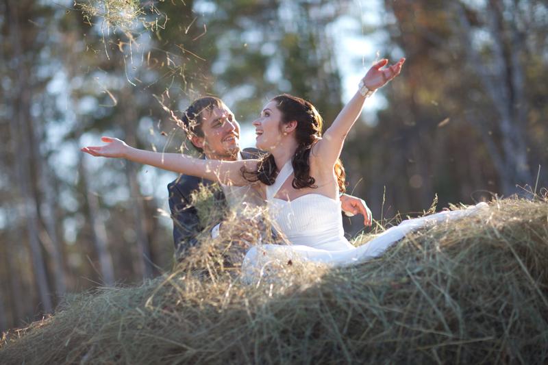 Попробуйте сделать свадебную фотосессию в поле, возле речки