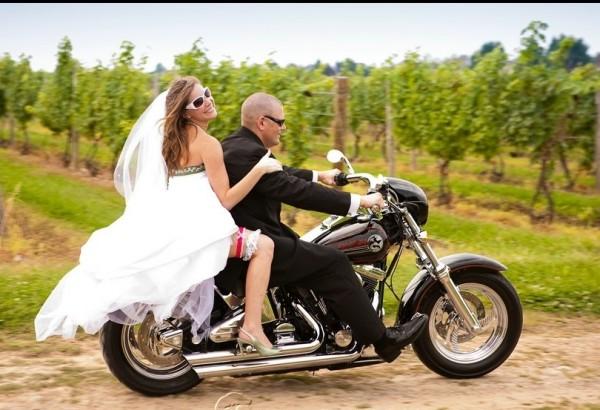 Смените транспорт и сделайте свадебную фотосессию в тролейбусе