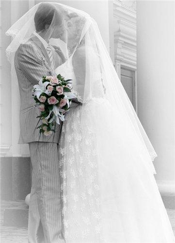 При обработке свадебных фотографий в Фотошопе можно оставить одну деталь в цвете