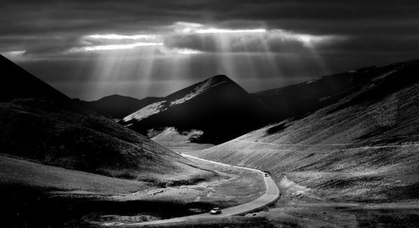 Серая тональность только подчеркивает холодную красоту гор