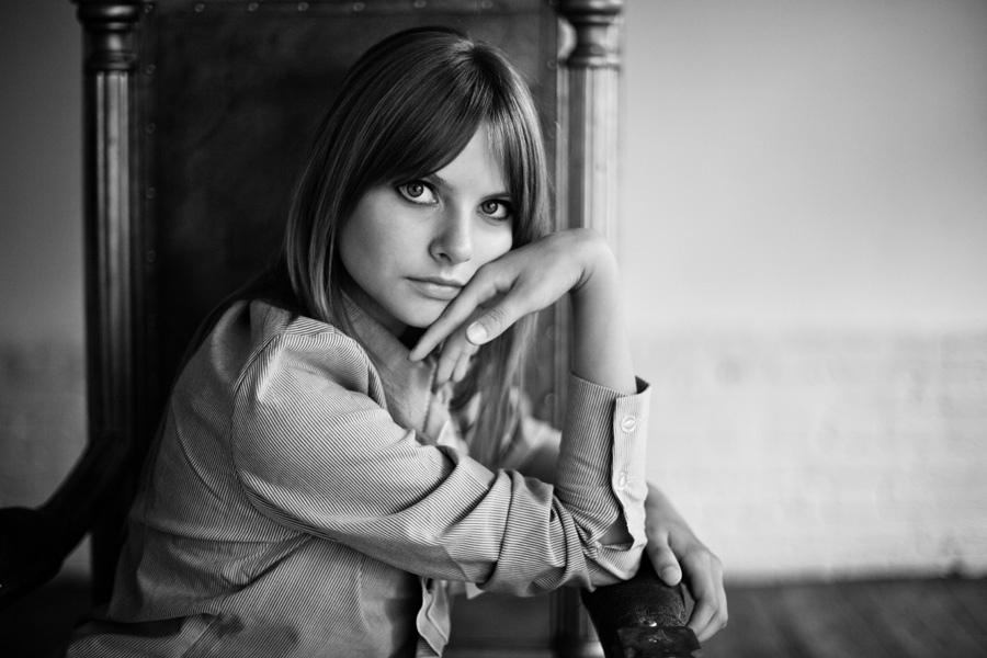Черно-белые фотографии в студии при хорошем освещении