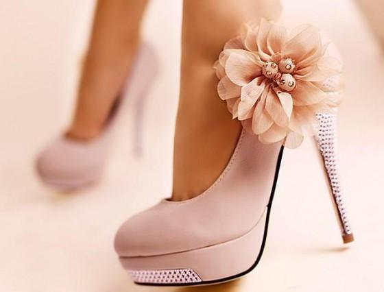 Поза модели должна показывать все достоинства обуви