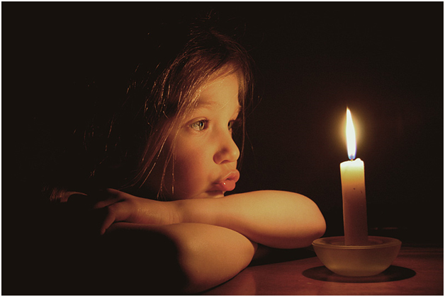 210711_child_with_candle