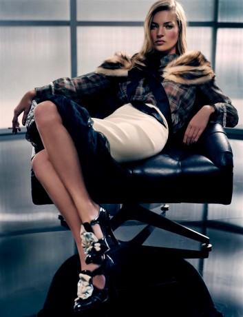Поза модели Сидя на стуле