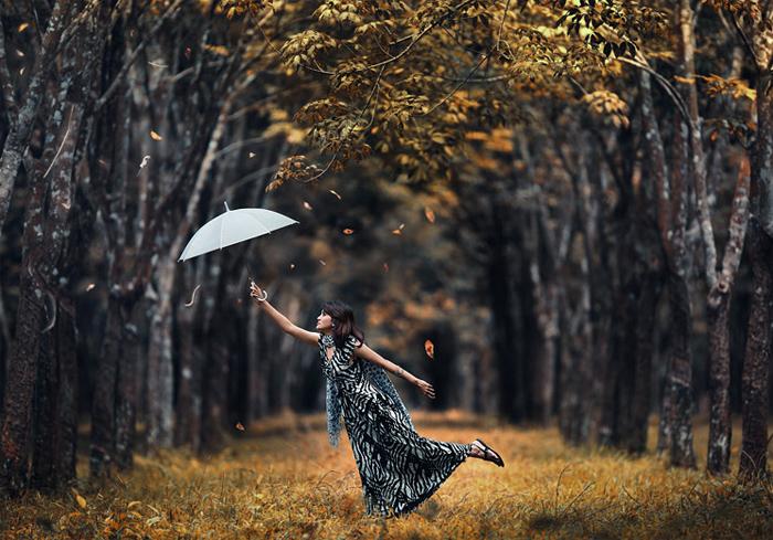 Идеи для осенней фотосессии на природе - девушка с зонтом